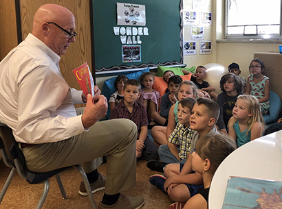 Mayor Mike Byrne reads to students